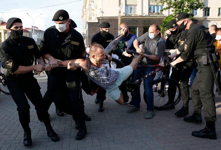 Препятствовали работе. За что в Белоруссии задерживает ОМОН