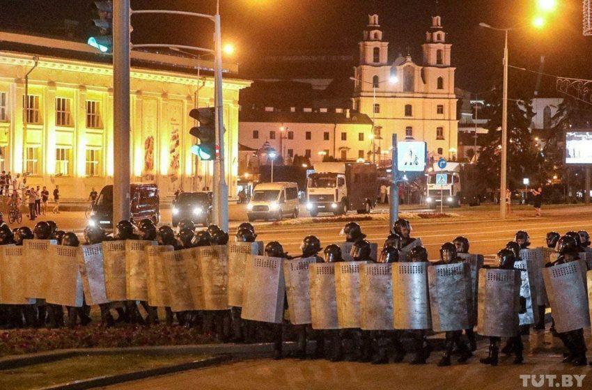 Выход на улицы, неявка на работу и сложенное военными оружие. Сводка событий в Беларуси