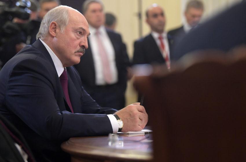 Лукашенко в ужасе от последствий своей многовекторности и больше не хочет сидеть сразу на двух стульях